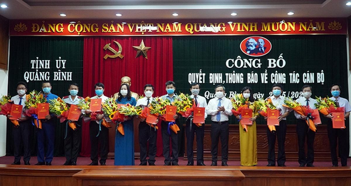 Ông Vũ Đại Thắng- Bí thư Tỉnh ủy Quảng Bình tặng hoa và trao quyết định cho các cán bộ được điều động, bổ nhiệm
