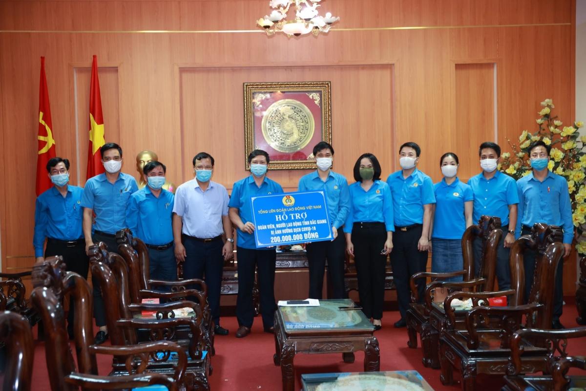 Tổng Liên đoàn Lao động Việt Nam tặng quà công nhân tỉnh Bắc Giang.