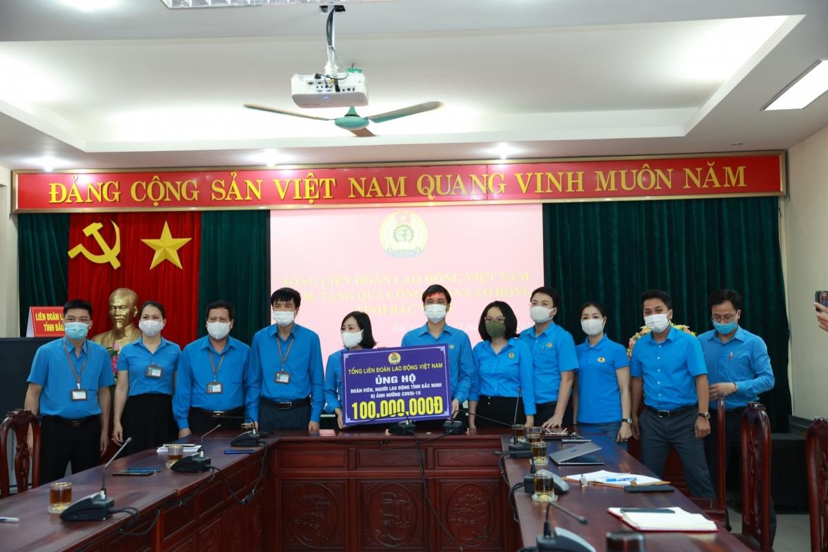 Tổng Liên đoàn Lao động Việt Nam tặng quà công nhân tỉnh Bắc Ninh.