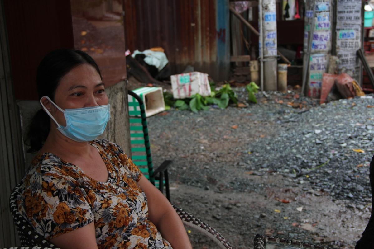 Chị Châu Ngọc Thanh Thuỷ, một nhân viên tạp vụ, hẻm 1358 Quang Trung, Gò Vấp lo lắng công việc bị ngưng trệ