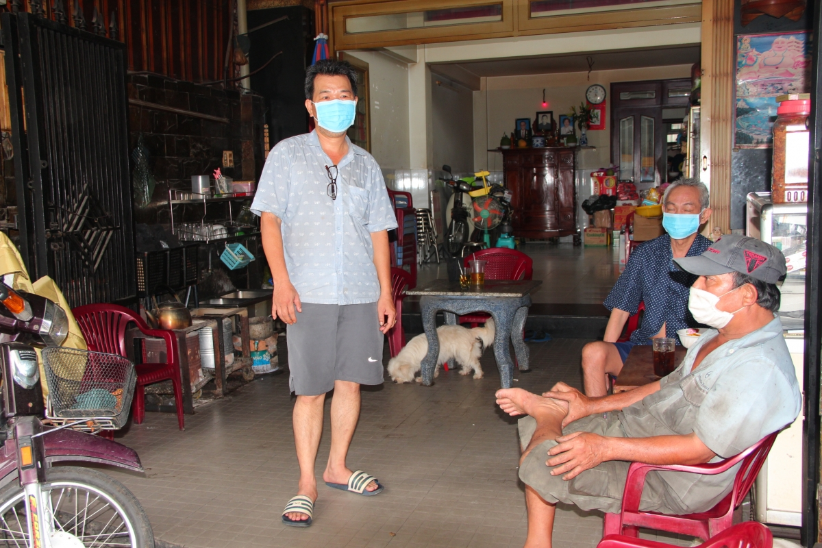 Gia đình ông Nguyễn Công Hoàng Việt, một hộ dân đối diện Hẻm 415 đang được khoanh vùng, cách ly chủ động nhắc nhở người thân bảo vệ sức khoẻ