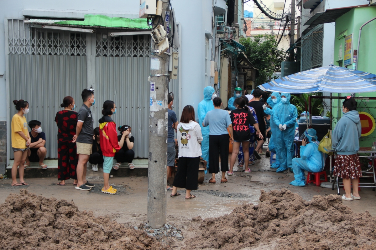 Người dân tại khu vực xung quanh hẻm 415 Nguyễn Văn Công chủ động khai báo y tế và đăng ký xét nghiệm