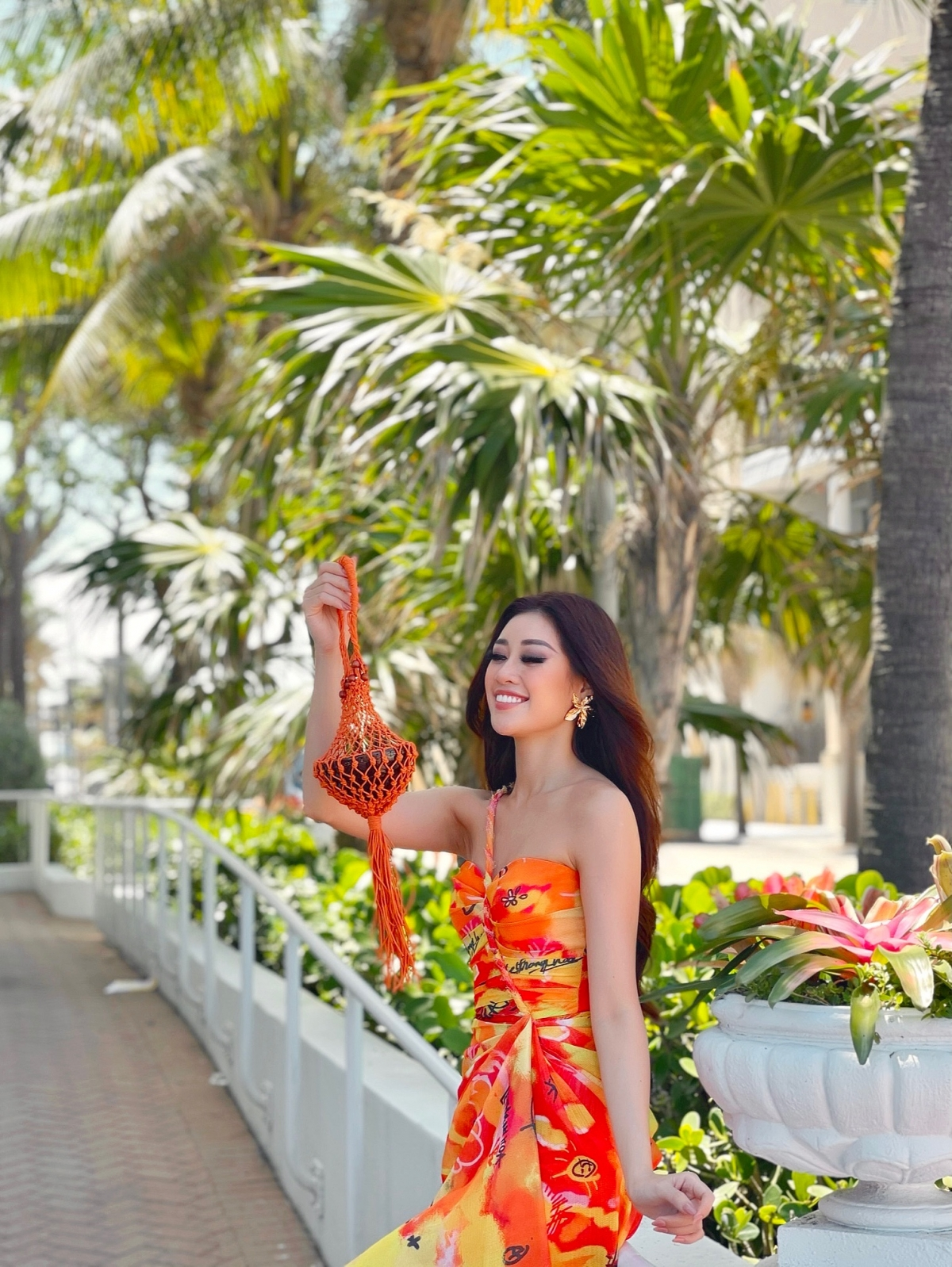Trong ngày 05/05 (theo giờ Mỹ), Khánh Vân có hai buổi livestream cùng nhà tài trợ chính thức của Miss Universe và chuyên trang sắc đẹp Sash Factor.