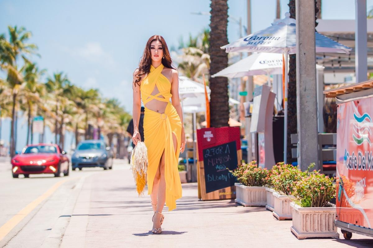 Sau chuyến bay dài gần 30 tiếng, Hoa hậu Khánh Vân di chuyển đến khách sạn Hard Rock – địa điểm diễn ra cuộc thi Miss Universe. Cô ở đây 02 ngày (04/05 & 05/05 – theo giờ Mỹ), nghỉ ngơi lấy lại sức khoẻ và tranh thủ đi chụp hình, khám phá vẻ đẹp, văn hoá nước Mỹ.