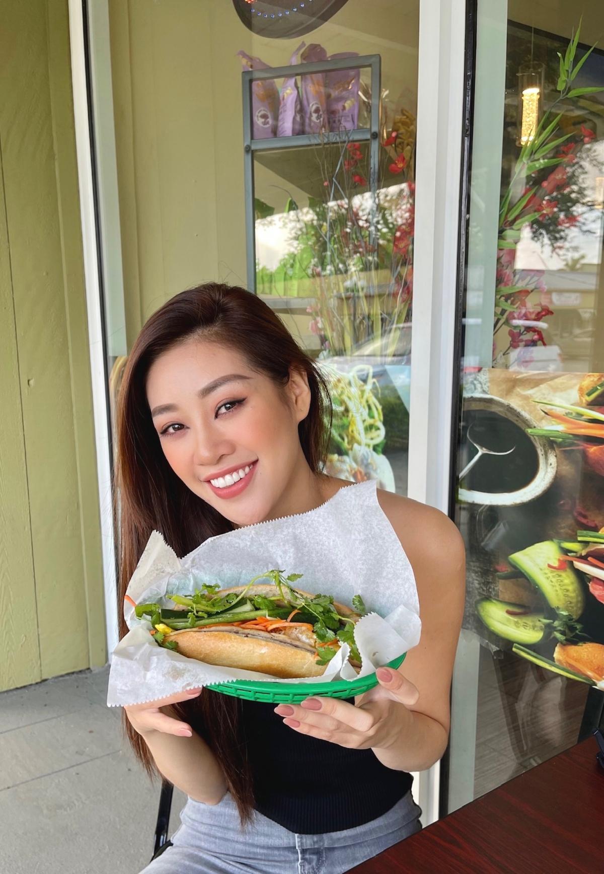Khánh Vân còn được thưởng thức bánh mì Việt Nam tại Mỹ và vô cùng xúc động khi được ăn món ăn quen thuộc của quê nhà.