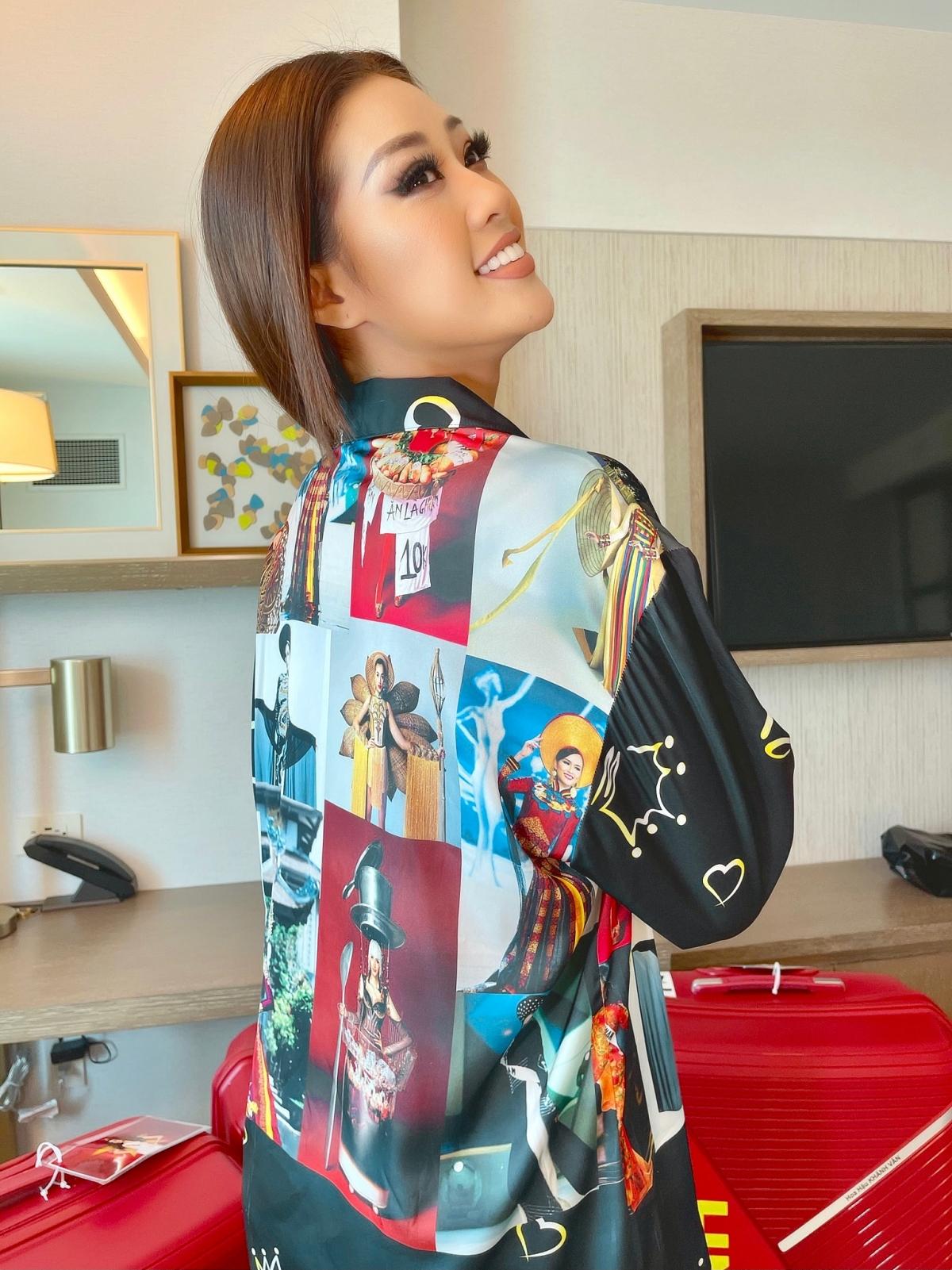 Trong thời gian nghỉ ngơi và cách ly, Hoa hậu Khánh Vân diện trang phục pijama đặc biệt có in hình các đại diện Việt Nam tại Miss Universe trong trang phục dân tộc.