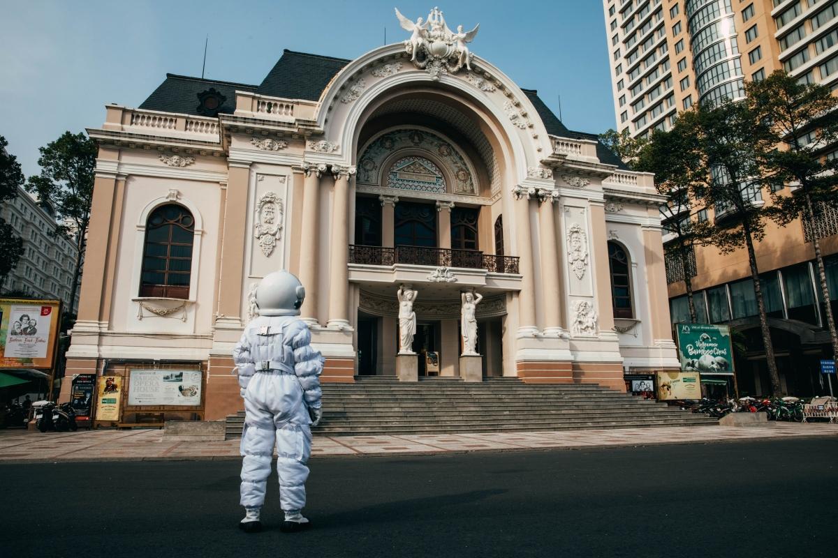 Thanh Duy thực hiện bộ ảnh phi hành gia checkin khắp Sài Gòn.