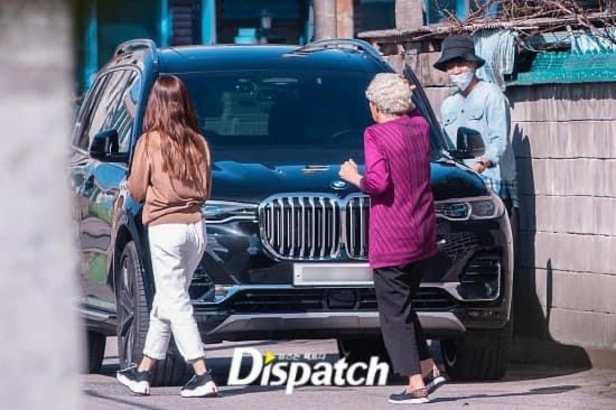 Cặp đôi đến thăm bà của Lee Seung Gi.