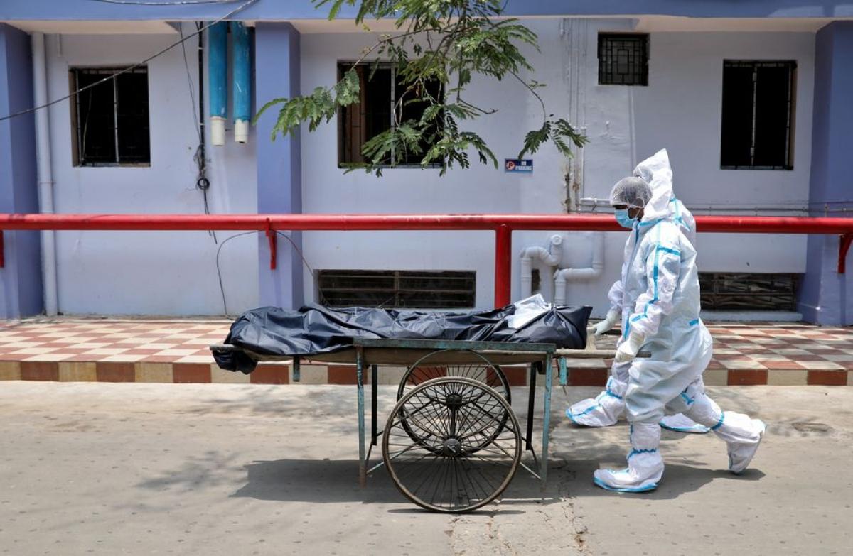 Các nhân viên y tế vận chuyển thi thể của bệnh nhân tử vong do Covid-19, tại bệnh viện ở Kolkata, Ấn Độ. Ảnh: Reuters