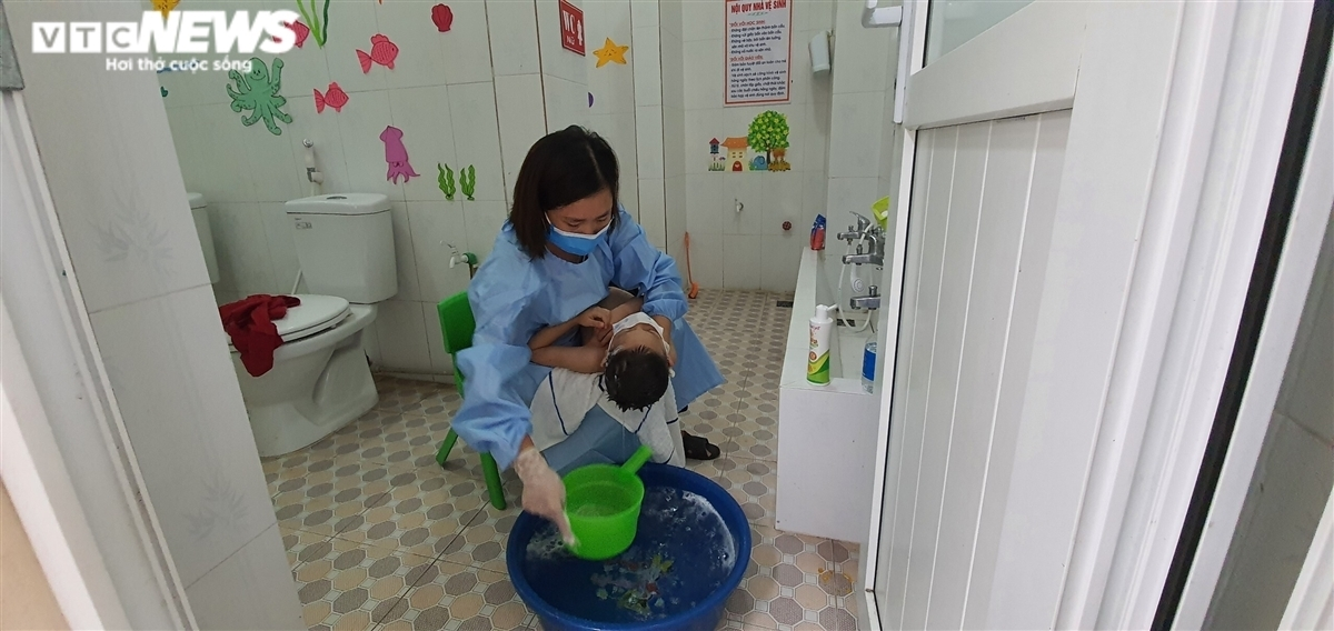 The principal bathes the children herself every day.