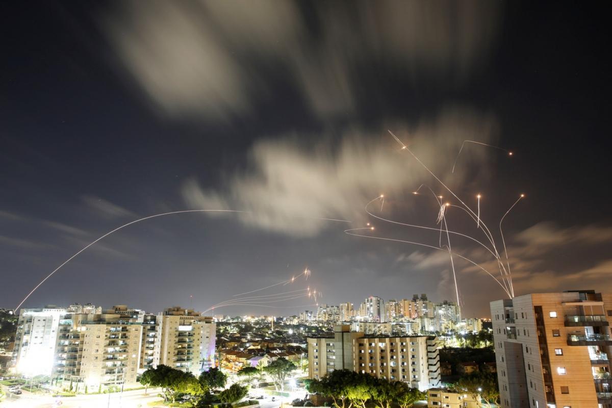 Hệ thống phòng thủ Vòm sắt của Israel hoạt động liên tục để đánh chặn rocket của Hamas. Ảnh: Reuters