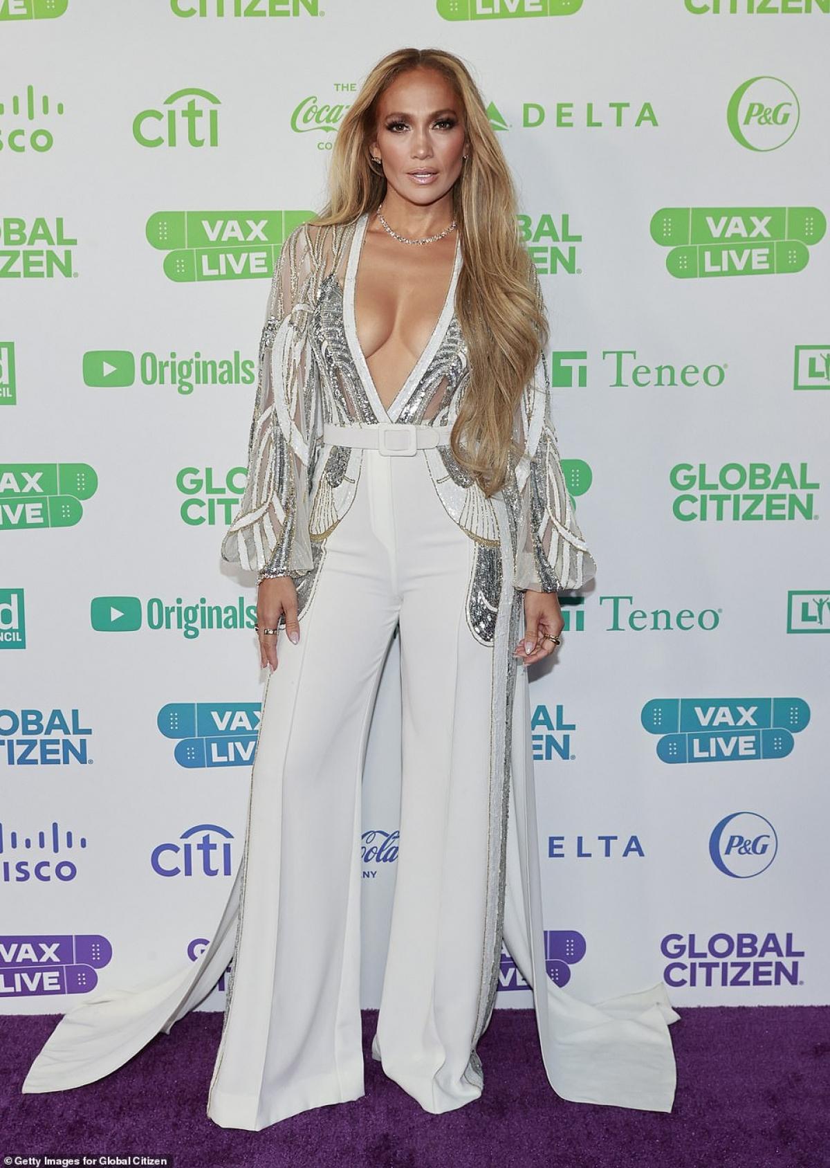 Mới đây, Jennifer Lopez thu hút mọi ánh nhìn khi xuất hiện trên thảm đỏ sự kiện âm nhạc Vax Live do Global Citizen (tổ chức giáo dục và vận động quốc tế hoạt động nhằm thúc đẩy phong trào xóa đói giảm nghèo) khởi xướng diễn ra tại California.