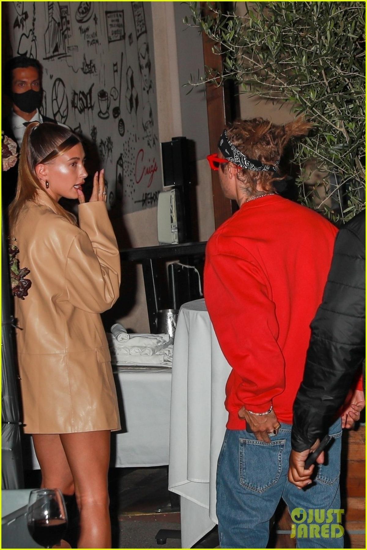 Tối 5/5 (giờ địa phương), Justin Bieber vui vẻ đi ăn tối cùng bà xã Hailey Baldwin tại nhà hàng sang trọng ở California.