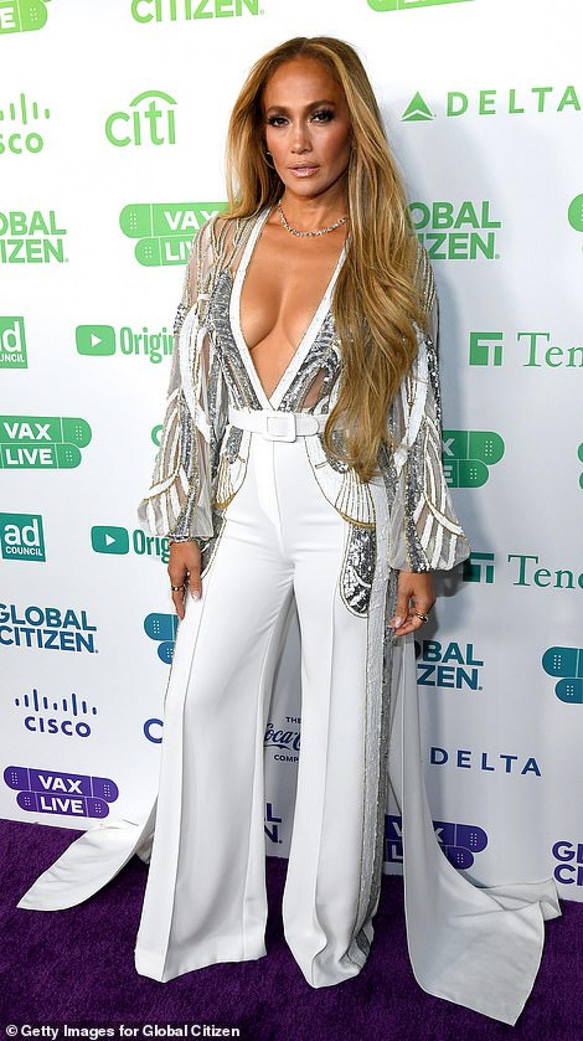 Nữ ca sĩ diện áo màu bạc lấp lánh khoét sâu gợi cảm, phối cùng quần suông trắng thanh lịch, tinh tế.