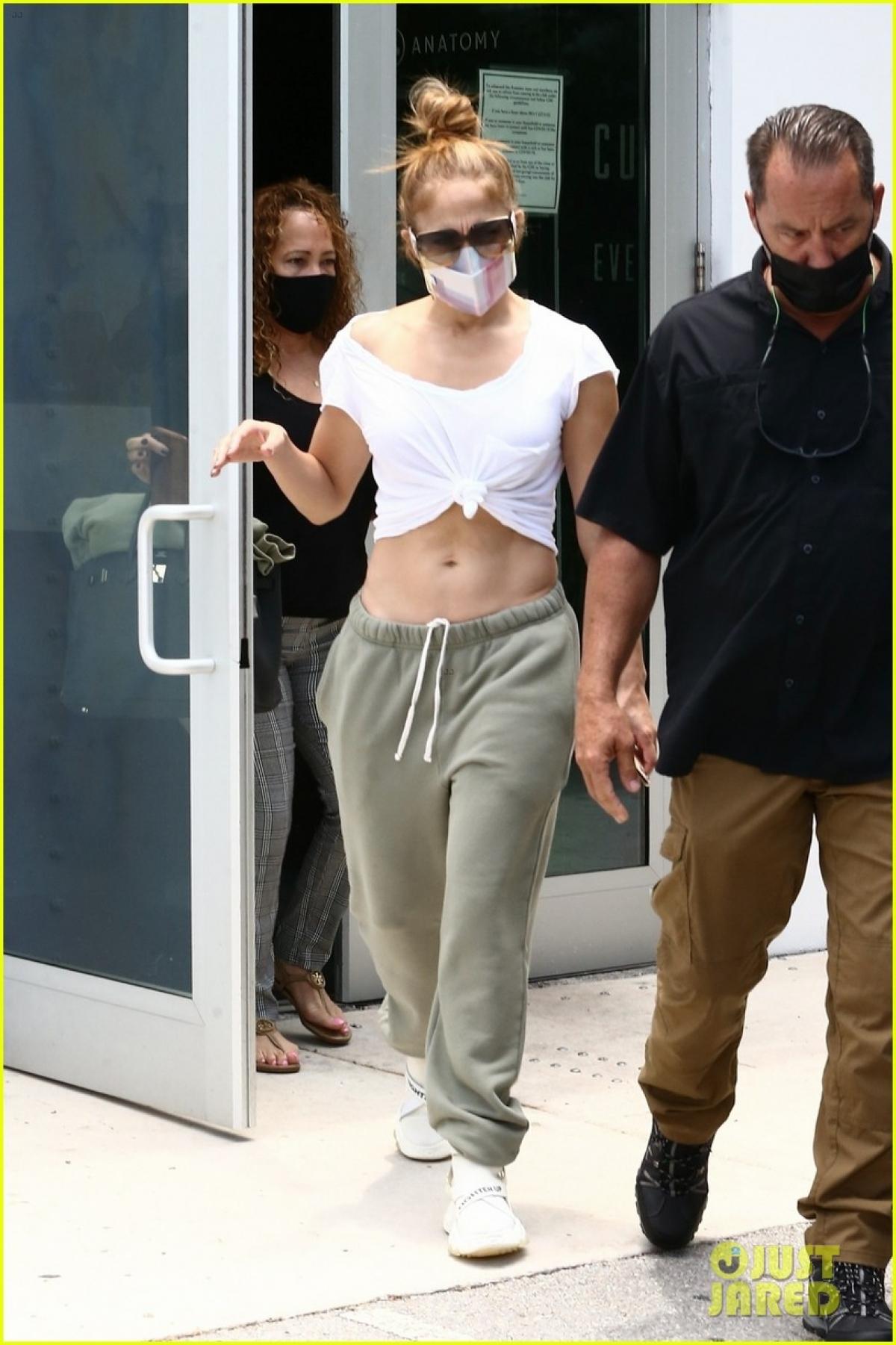 Ở tuổi 51, Jennifer Lopez vẫn rất trẻ trung và đầy sức hút.