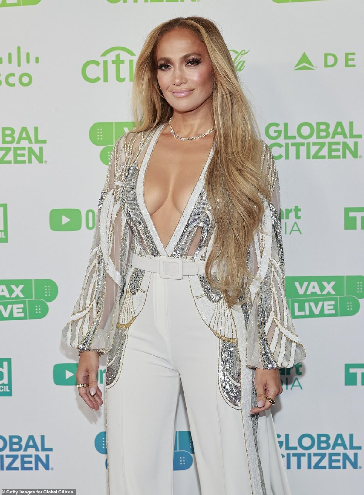 Trang Page Six mới đây đưa tin, Jennifer Lopez và hôn phu Alex Rodriguez đã chia tay sau 4 năm hẹn hò. Chuyện tình cảm của cả hai được cho là đã trục trặc từ khá lâu trước đó.