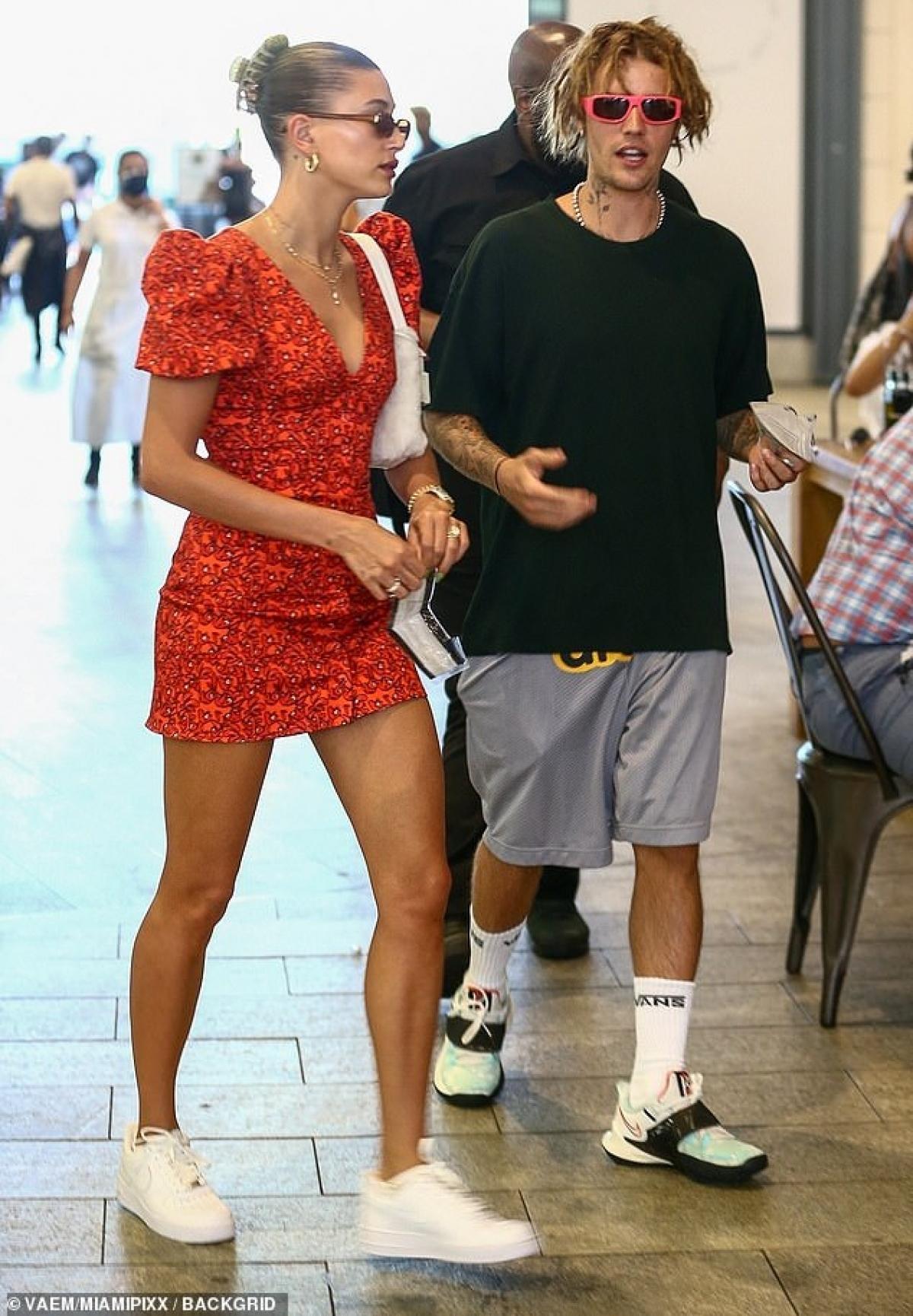 Trong khi đó, Justin vẫn giữ gu thời trang quen thuộc với áo phông và quần shorts từ dòng thời trang Drew của anh.