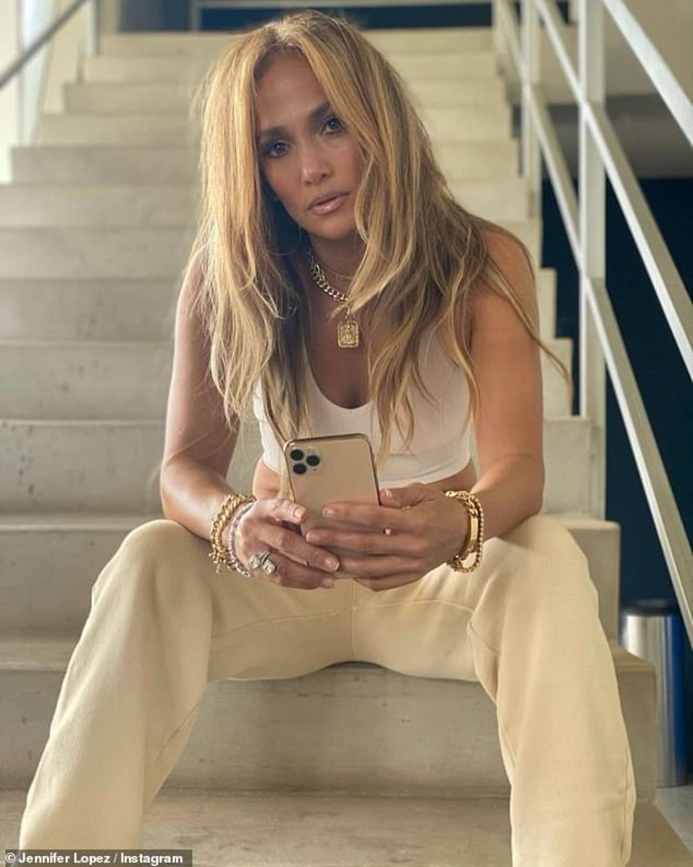 Jennifer Lopez và Ben Affleck từng đính hôn năm 2002. Hai người chia tay tháng 1/2004, chỉ vài ngày trước lễ cưới. Năm 2017, Jennifer Lopez thổ lộ với Vanity Fair, cô mất hai năm để quên đi nỗi đau tan vỡ sau khi hủy hôn với Affleck.