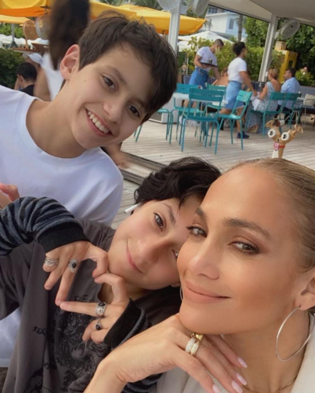 Jennifer Lopez chụp ảnh cùng các con Max và Emme. Nguồn: Instagram
