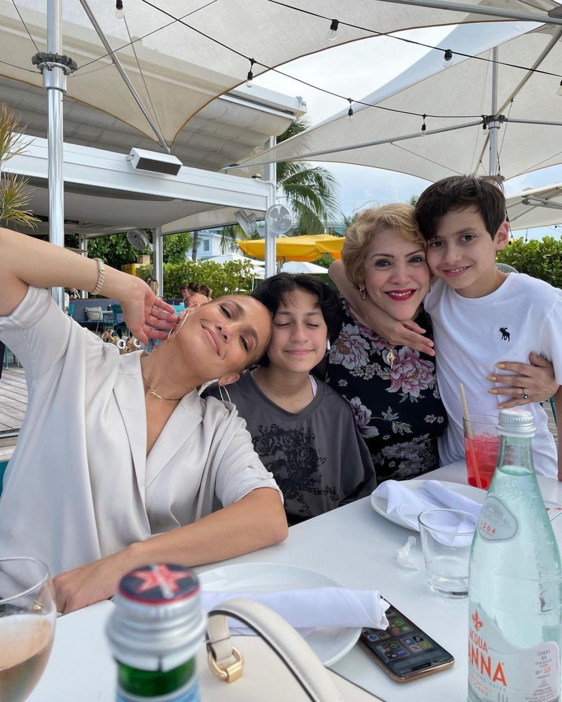 Cuộc vui còn có sự góp mặt của bà ngoại Guadalupe Rodríguez. Nguồn: Instagram