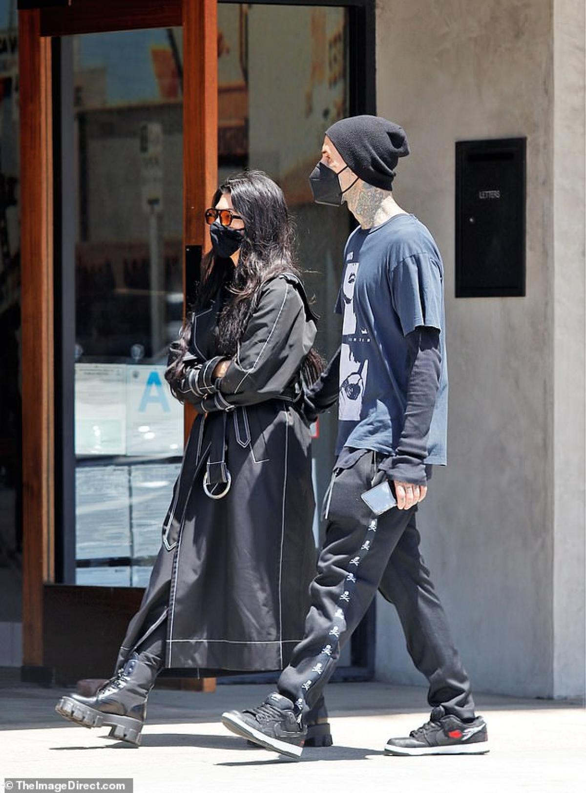 Ngày 13/5, Kourtney Kardashian gây chú ý với gu thời trang đẳng cấp khi ra phố đi dạo cùng bạn trai Travis Barker ở Los Angeles.