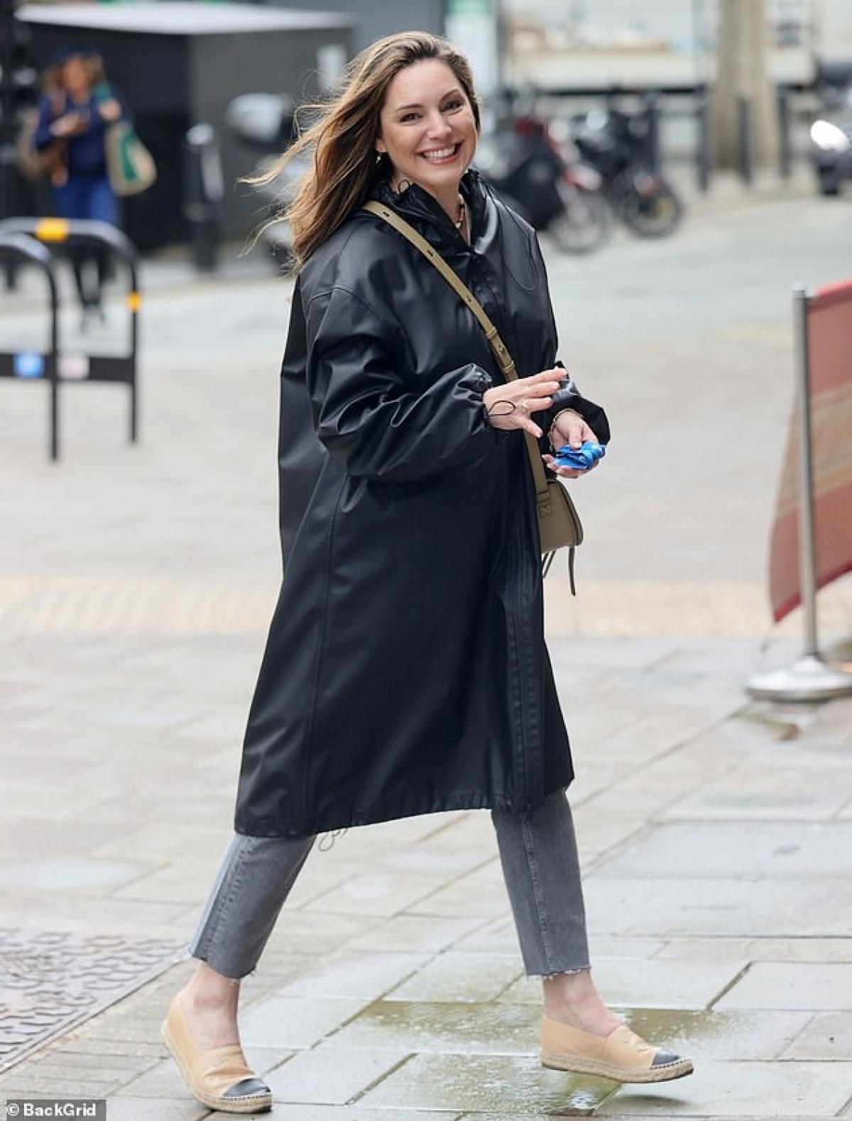 Kelly Brook rạng rỡ ra phố trong tiết trời tuyệt đẹp ở London hôm 13/5.