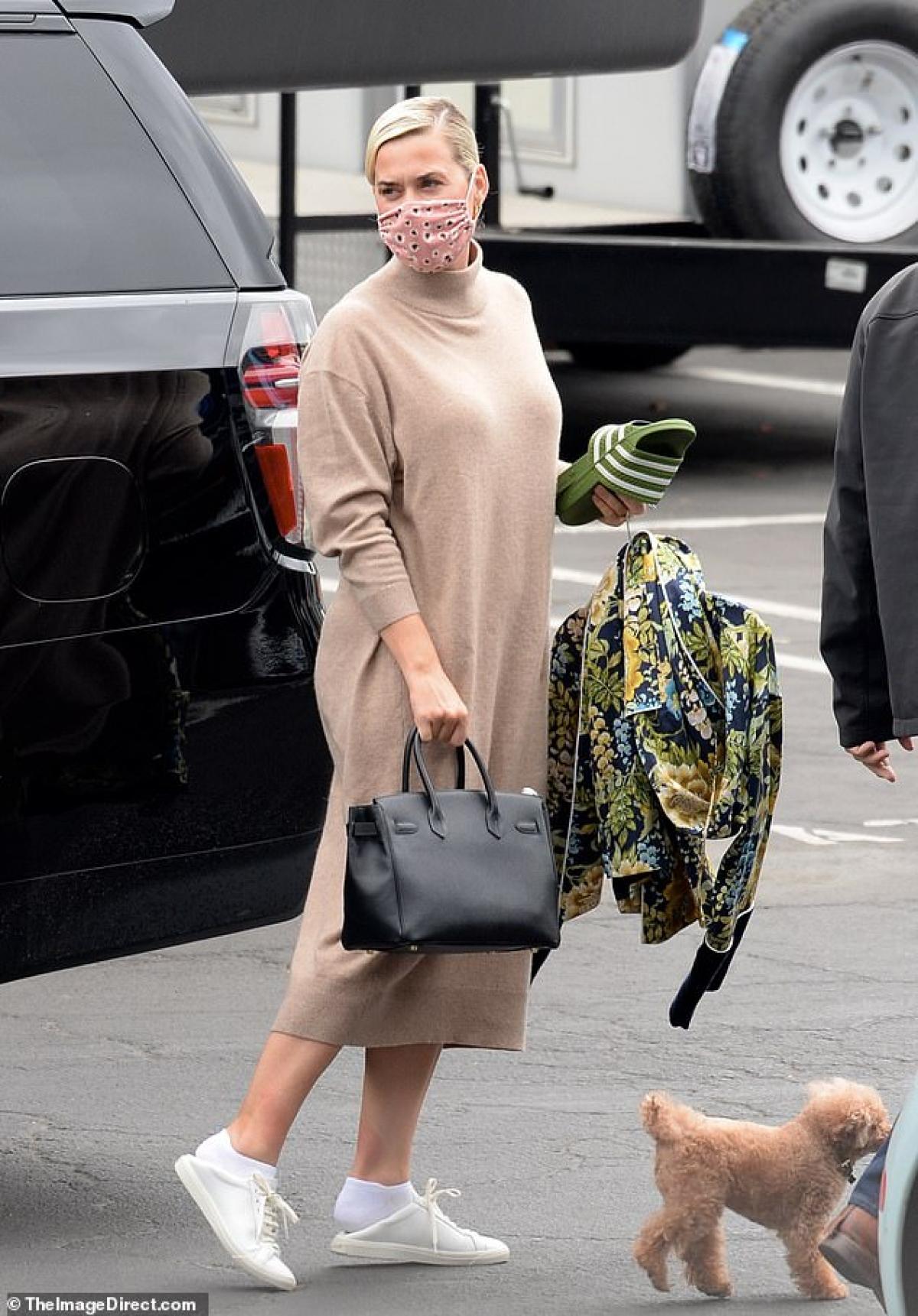 Katy Perry thu hút mọi ánh nhìn khi đang đến trường quay để ghi hình chương trình American Idol ở Los Angeles ngày 17/5.
