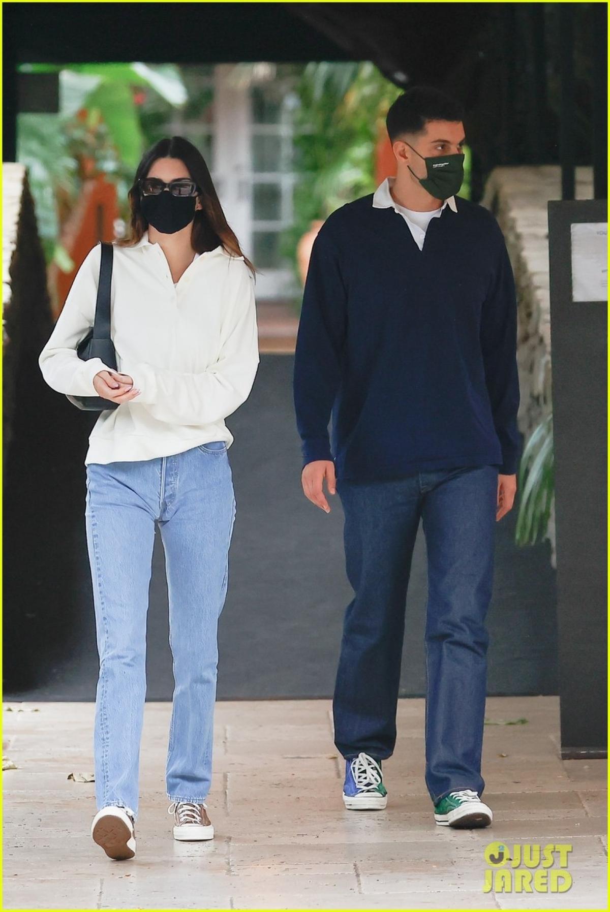 Kendall Jenner bị cánh săn ảnh bắt gặp khi đang đi chơi cùng bạn thân Fai Khadra ở Los Angeles chiều 7/5.
