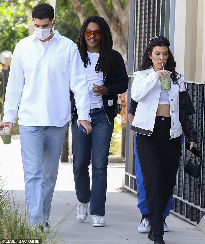 Kourtney Kardashian được nhìn thấy đi mua nước trái cây cùng hai người bạn Luka Sabbat và Fai Khadra ở West Hollywood ngày 8/5.