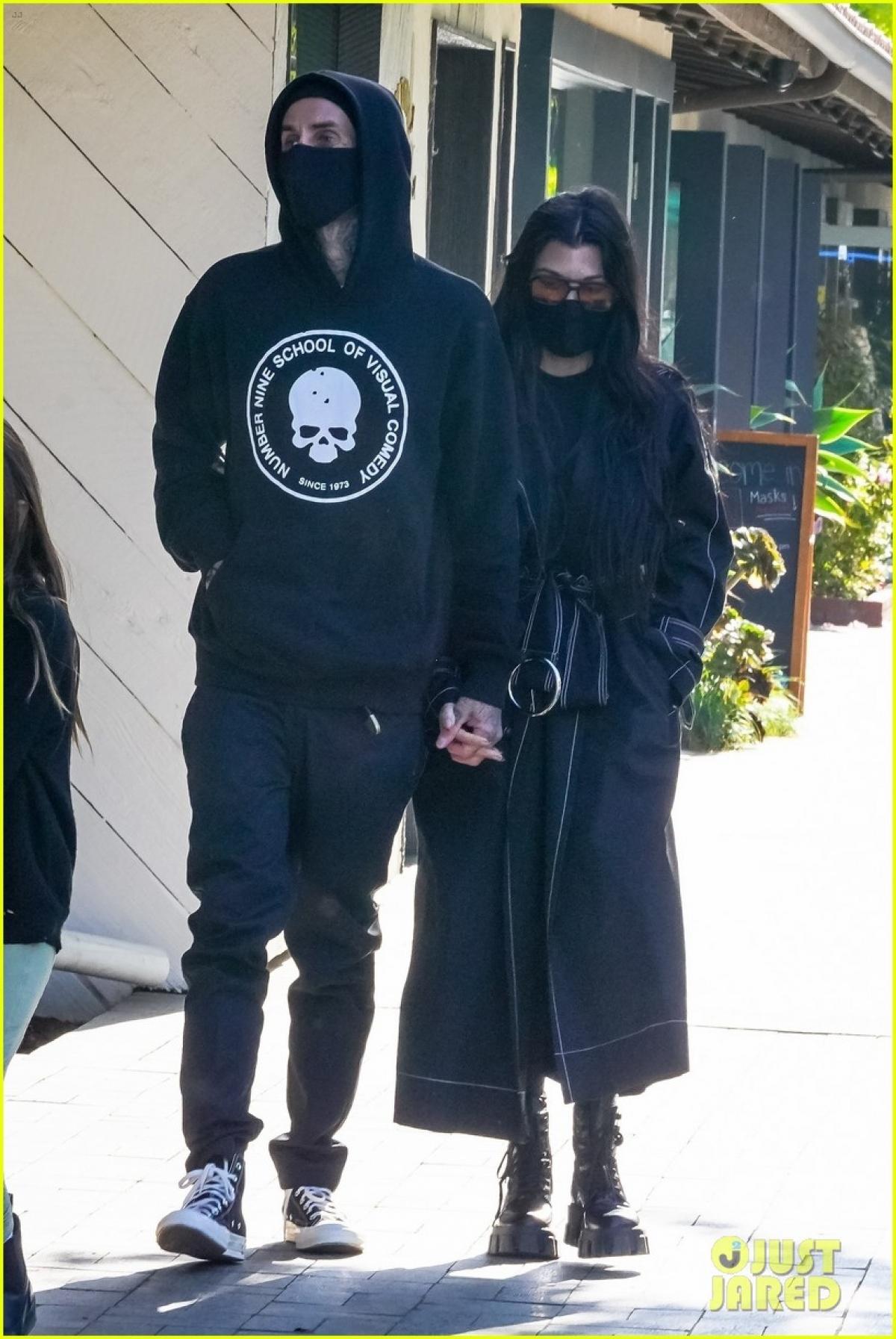 Kourtney Kardashian và bạn trai Travis Barker sánh đôi tình cảm đi ăn trưa tại nhà hàng Taverna Tony ở California.