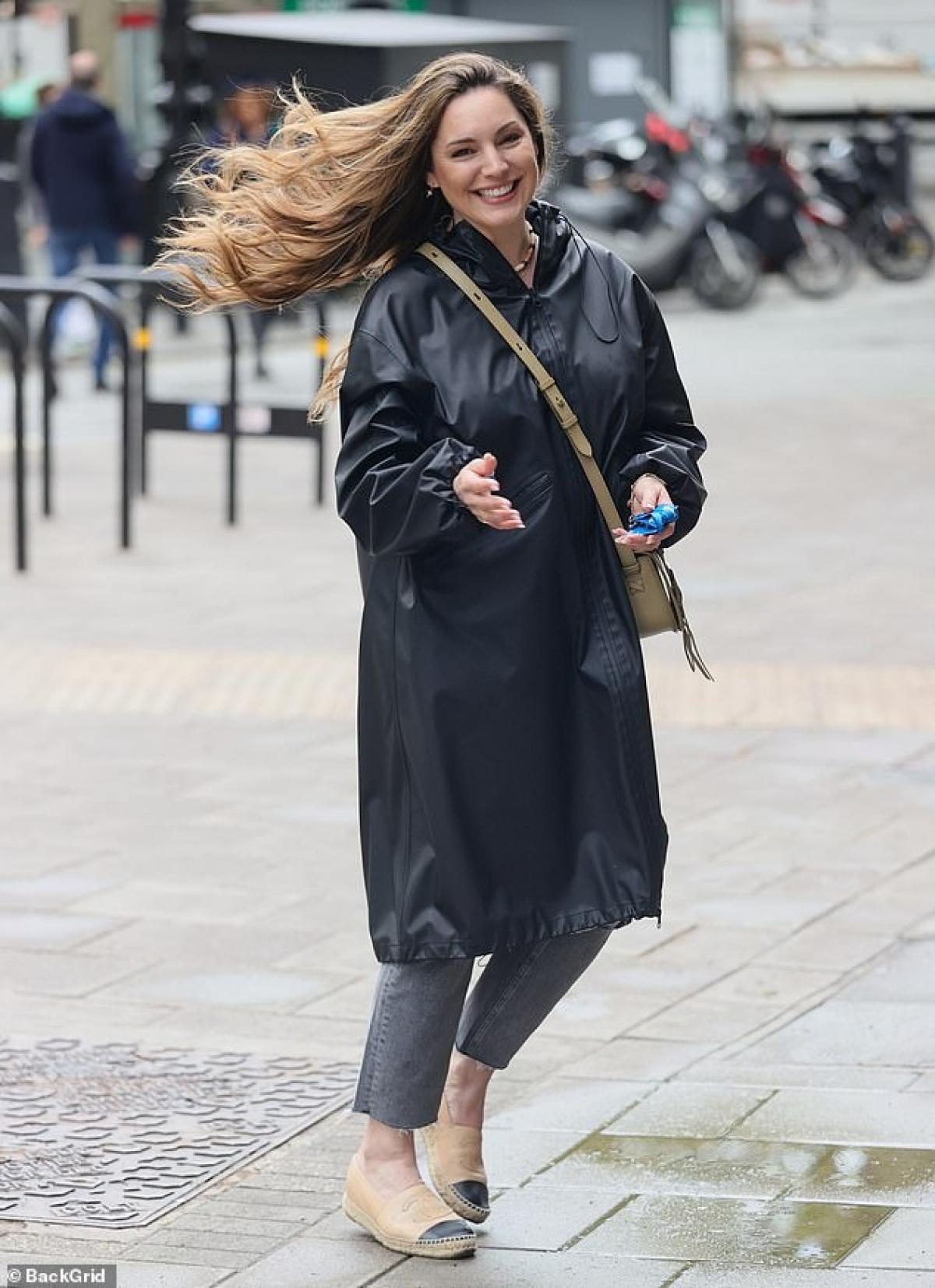 Cựu người mẫu mặc áo khoác da hàng hiệu phối cùng quần jeans cá tính.