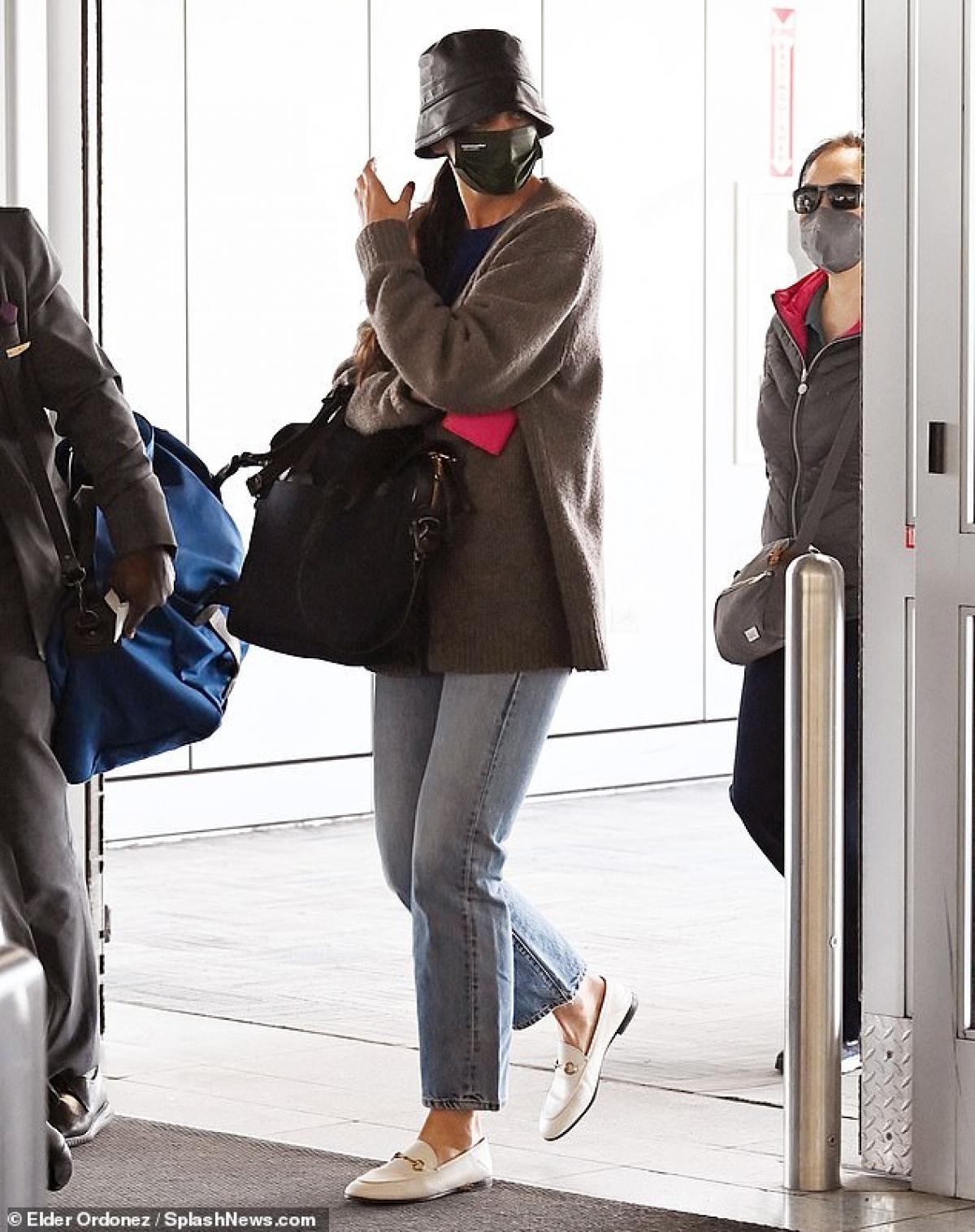Cô mang theo chiếc túi lớn, liên tục né tránh ống kính của cánh paparazzi.