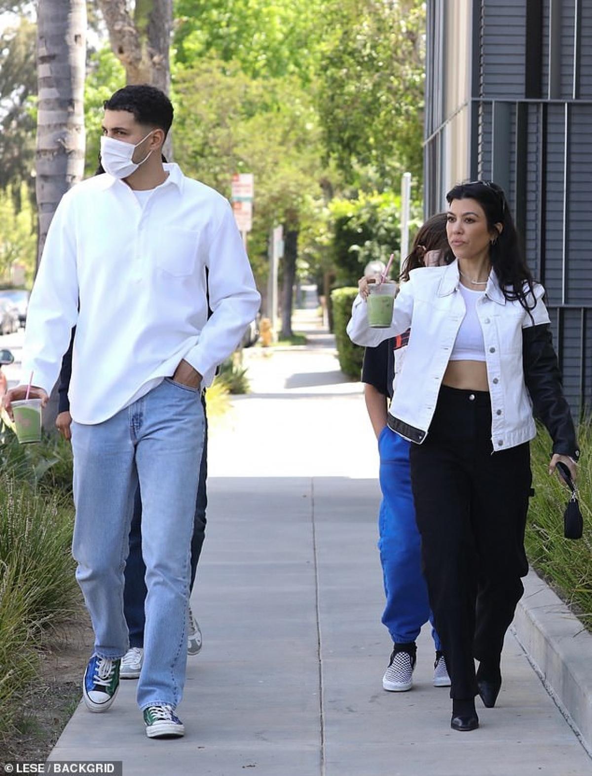 Chị gái Kim Kardashian diện trang phục cá tính, khoe khéo vòng eo thon gọn, săn chắc.