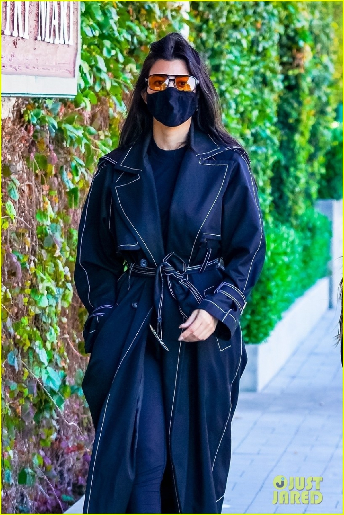 Chị gái Kim Kardashian mặc đồ kín đáo, giản dị.