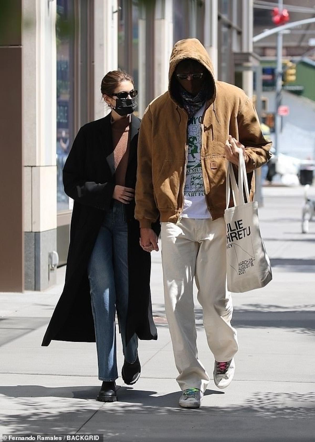 Kaia Gerber và bạn trai Jacob Elordi sánh đôi tình tứ đi dạo phố ở Malibu.
