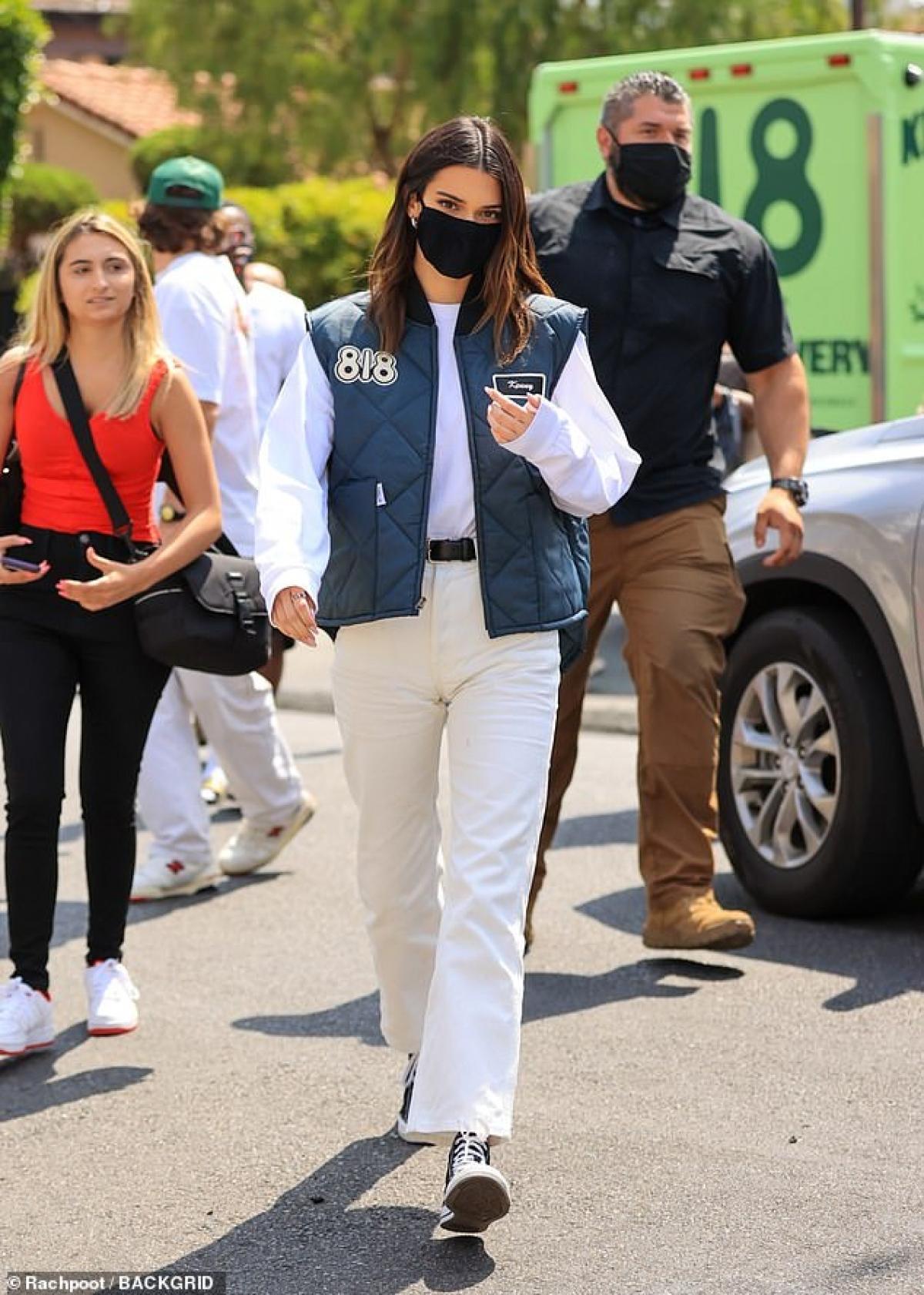 """Trước đó, Kendall Jenner đã update hình ảnh thử nghiệm rượu đến với followers của mình. Nhiều người đánh giá đây là bước đi """"mạo hiểm"""" của chân dài Hollywood"""