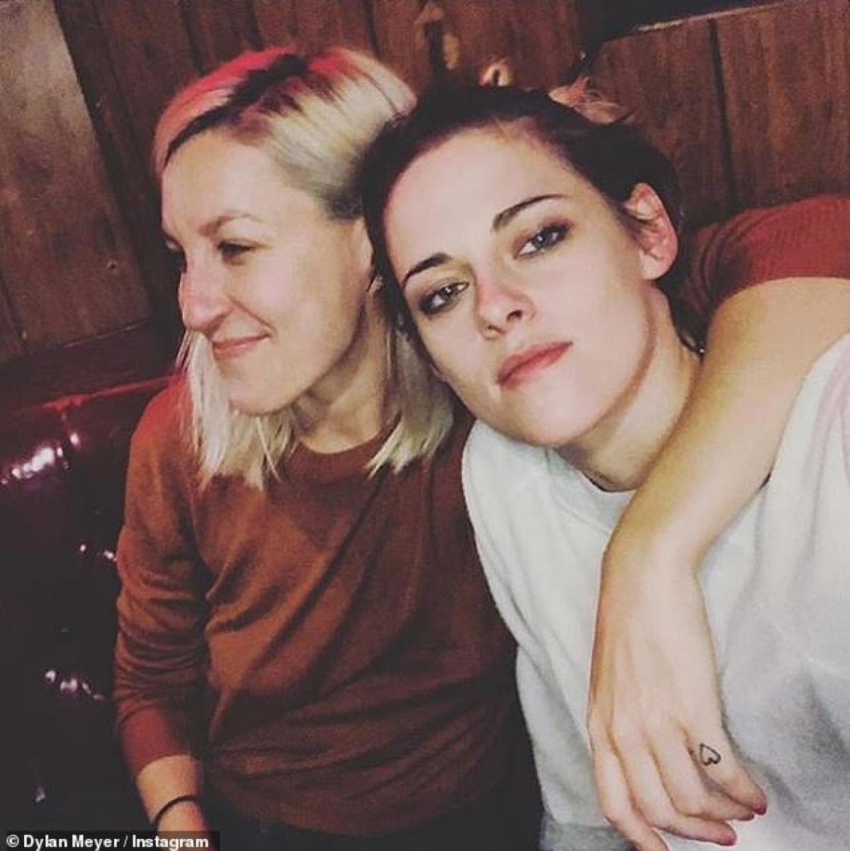 """Kristen Stewart là diễn viên và người mẫu Mỹ. Cô bắt đầu đóng phim từ năm 8 tuổi và nổi tiếng nhất với vai chính Bella trong loạt phim điện ảnh ăn khách Twilight (2008). Stewart và Robert Pattinson từng là cặp sao """"phim giả tình thật"""" rất được yêu mến."""