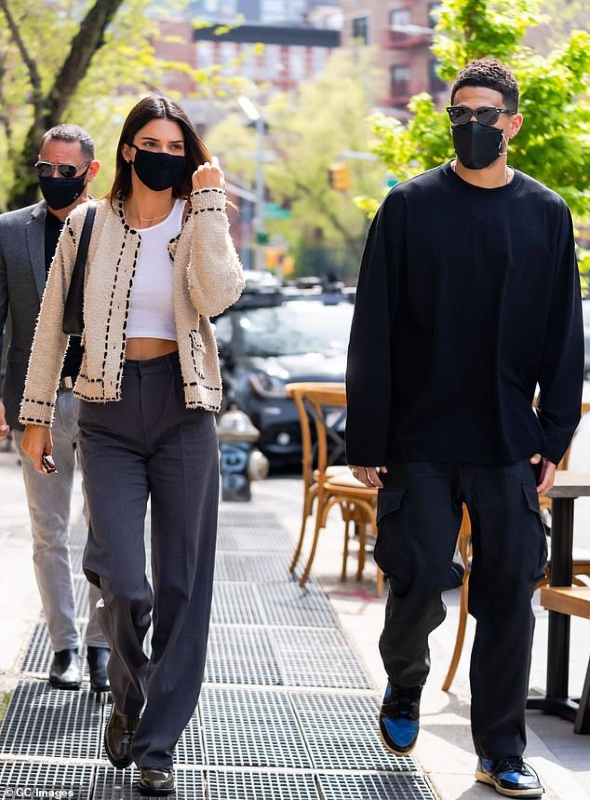"""Thậm chí, siêu mẫu sinh năm 1995 còn từng hợp tác với hãng mỹ phẩm của cô em út Kylie Jenner ra mắt loạt sản phẩm makeup mang tên mình và """"cháy hàng"""" nhanh chóng."""