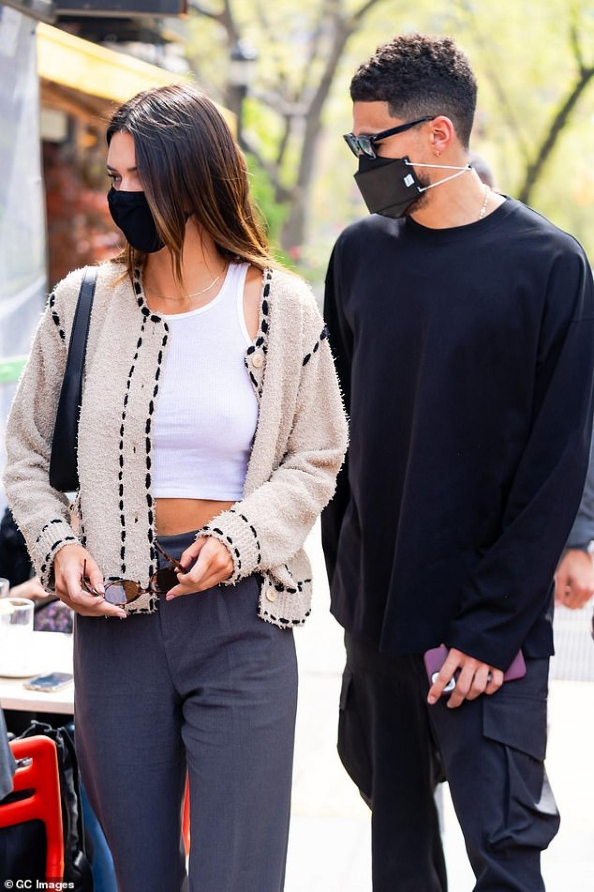 Cách đây không lâu, Kendall còn giúp chị gái Kim Kardashian khoác trên mình những thiết kế nội y gợi cảm để quảng bá dòng đồ lót nhân dịp Valentine's Day.