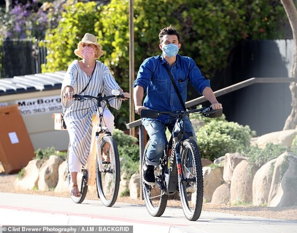 Katy Perry cho biết, Orlando Bloom là một người cha tốt, anh chăm sóc con khá chu đáo và cẩn thận./.