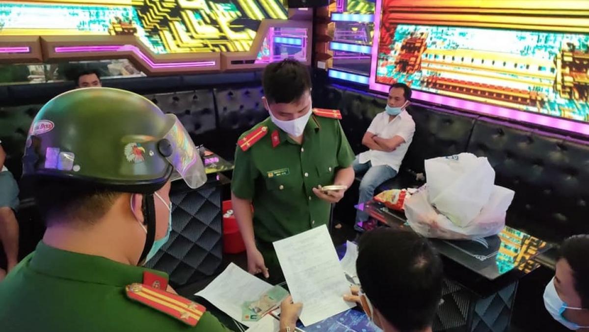 Lập biên bản vi phạm đối với quán Karaoke bất chấp lệnh cấm