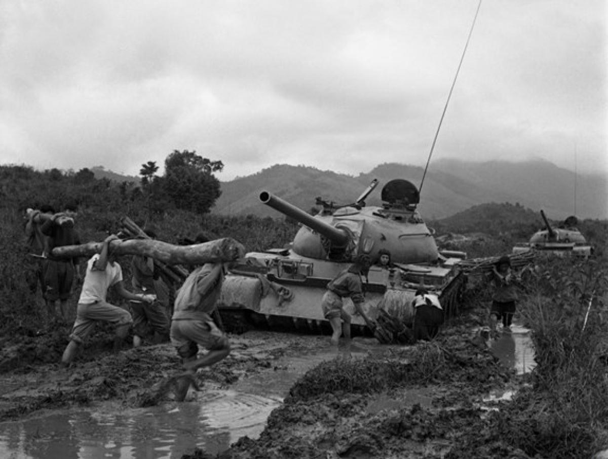 Bộ đội phối hợp với dân quân chống lầy cho xe tăng trên đường chiến dịch Đường 9 – Khe Sanh, cuối năm 1971. Ảnh: TTXVN.