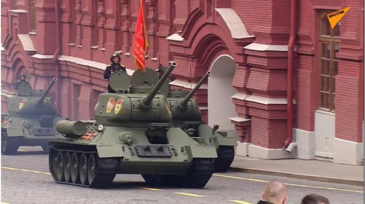 """Dẫn đầu đại diện cho hơn 190 đơn vị cơ giới của Quân đội Nga là lữ đoàn T-34. T-34 từng được xem là """"xương sống"""" trong lực lượng thiết giáp của Liên Xô thời Thế chiến II. Ảnh: Sputnik."""