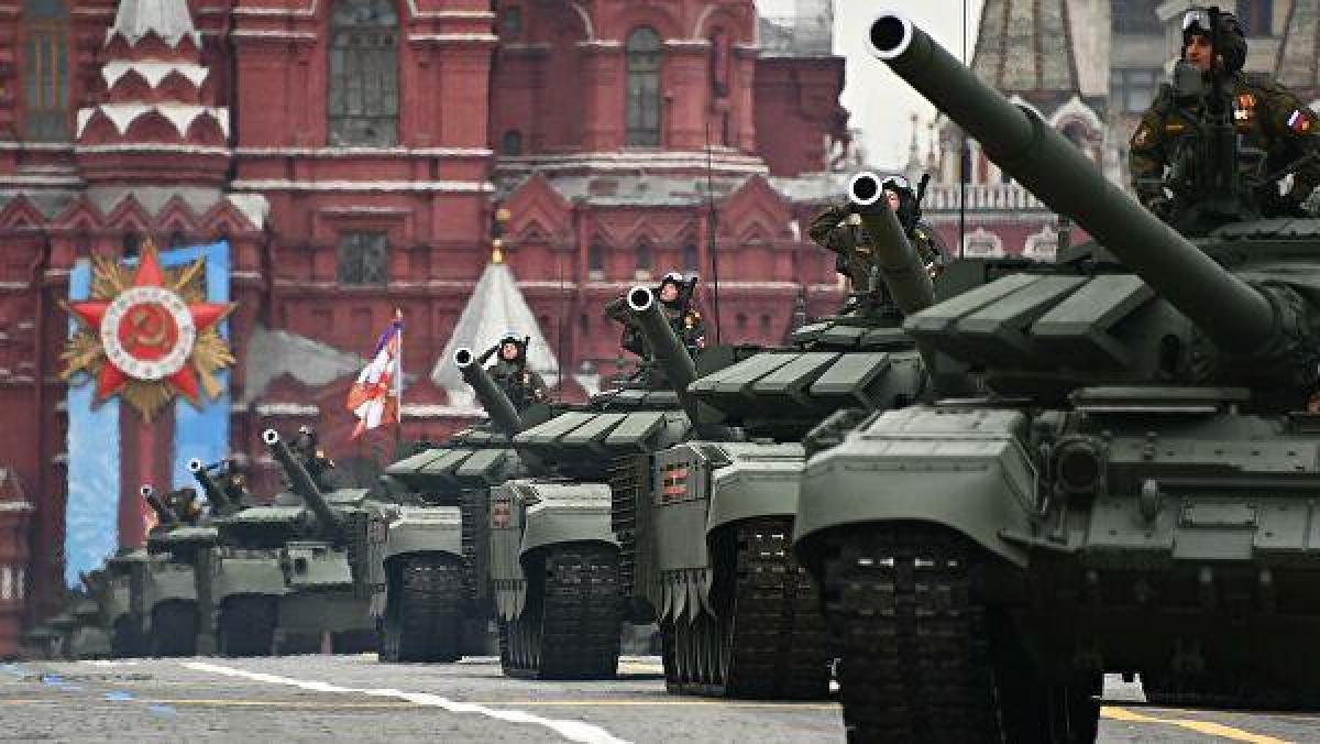 T-90 được xếp vào top 5 loại xe tăng mạnh nhất thế giới. T-90 được chế tạo từ cuối những năm 1980, trên cơ sở kế thừa các ưu điểm của hai dòng tăng nổi tiếng T-72 và T-80. Được trang bị một pháo chính 2A46 125 mm, T-90 có thể tiêu diệt kẻ thù bằng nhiều loại đạn khác nhau. Ảnh: Sputnik