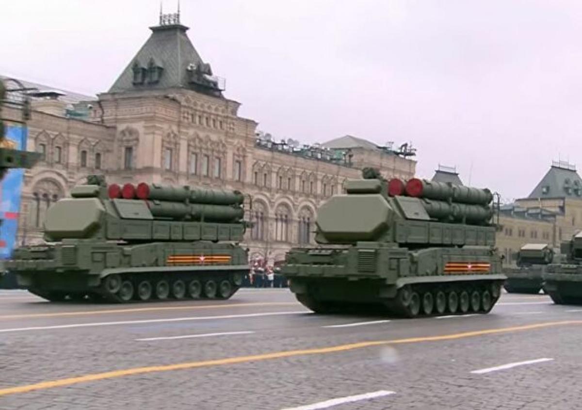 Tiếp sau đó là hệ thống tên lửa đất đối không tầm ngắn Tor-M2 và tổ hợp Buk-M3. Ảnh: Sputnik.