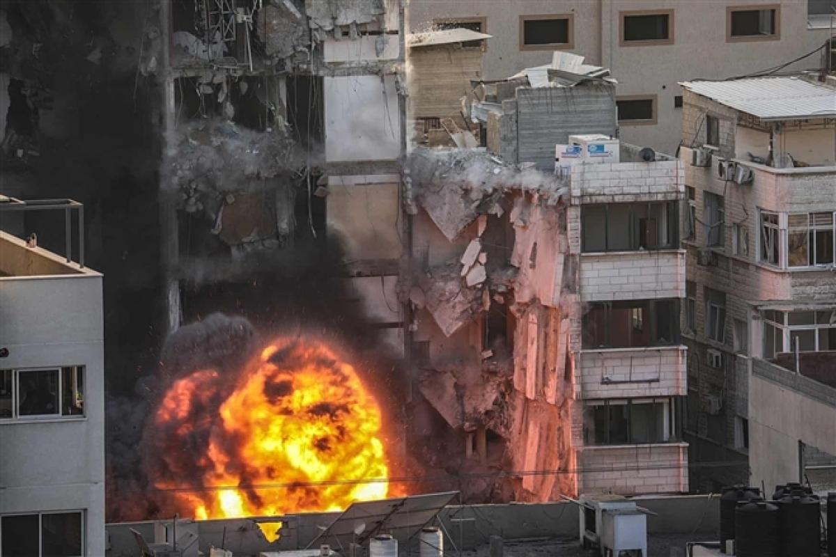 Ảnh: Khung cảnh hoang tàn sau hàng loạt cuộc không kích trả đũa của Israel ở dải Gaza - Ảnh 19.