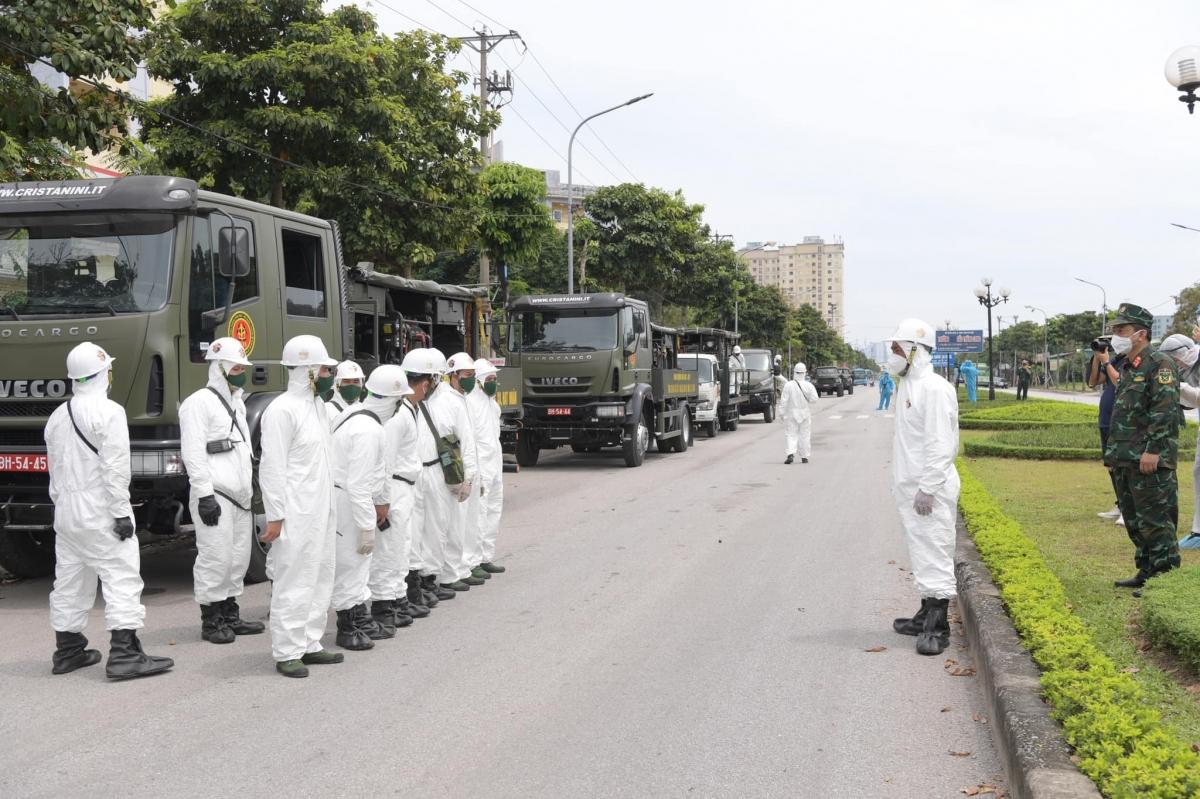 13h30 phút, các chiến sĩ bộ đội hóa học triển khai nhiệm vụ.