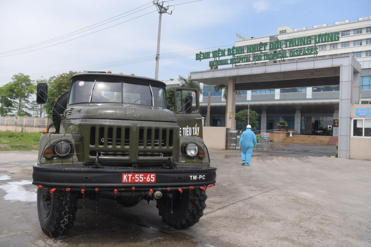 Khoảng 10 xe đặc chủng cùng triển khai phun khử khuẩn Bệnh viện Bệnh Nhiệt đới Trung ương cơ sở 2.