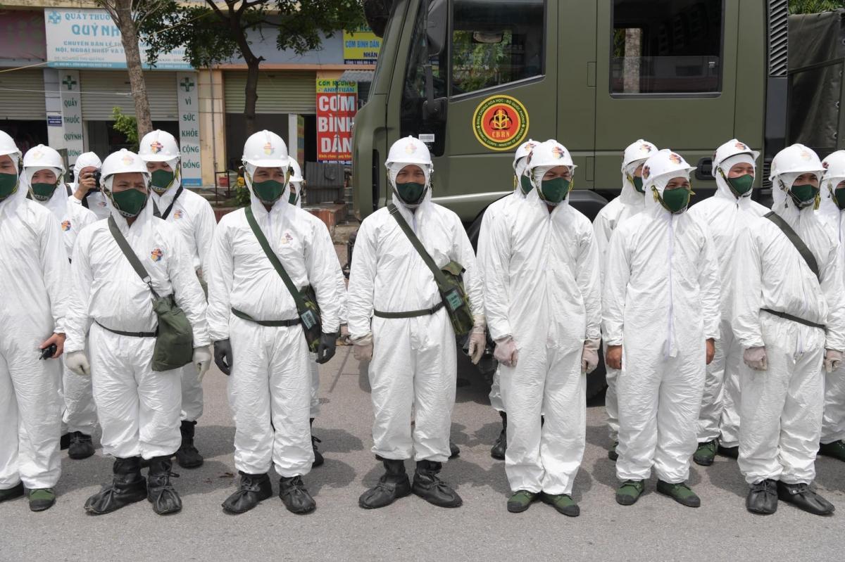 75 chiến sĩ làm nhiệm vụ khử khuẩn.