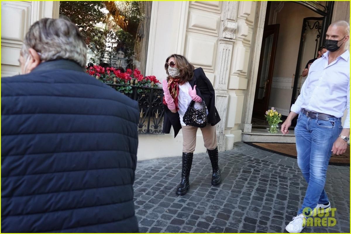 """Lady Gaga vừa rời khỏi khách sạn ở Rome sau khi quay phim """"House of Gucci"""" của đạo diễnRidley Scott hôm 9/5, theo giờ địa phương."""